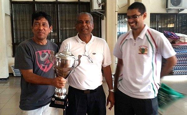 Clubkampioenschappen Arthy Lie ontvangt uit handen van de secretaris van de STA dhr. S. Markiet de kampioenstrofee